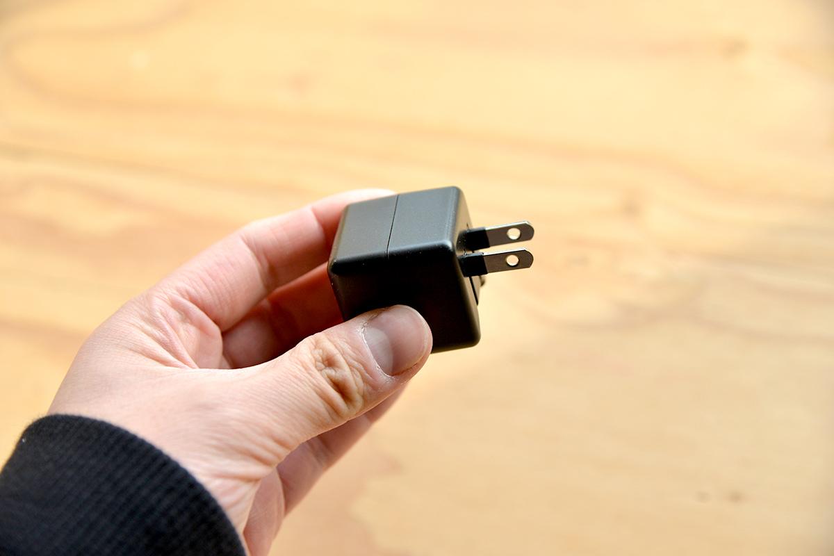 収納しやすく持ち運びやすいのに、機器を自動判別してすばやく充電してくれる充電器