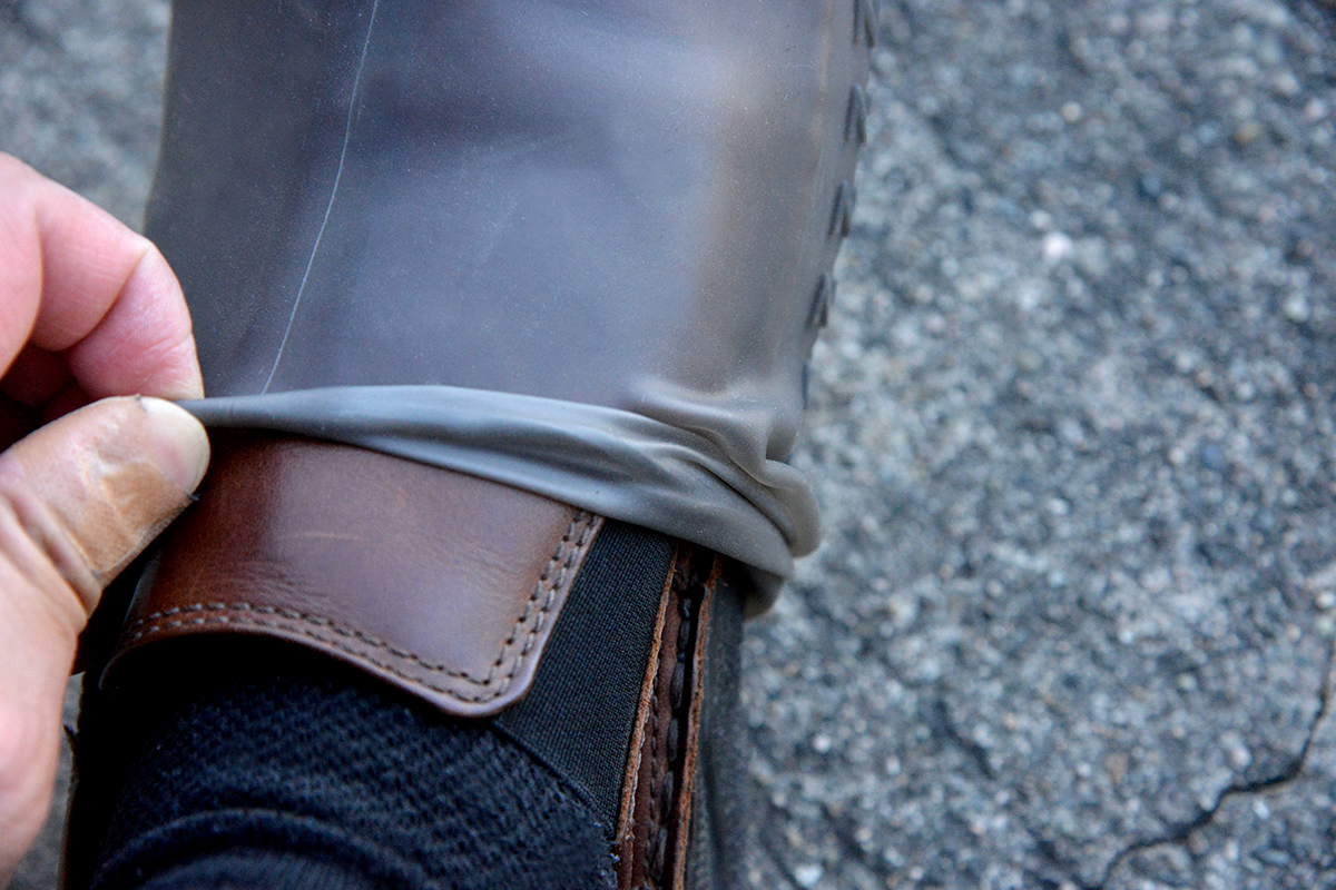 雨で靴を濡らさない簡単に装着できるシューズカバー