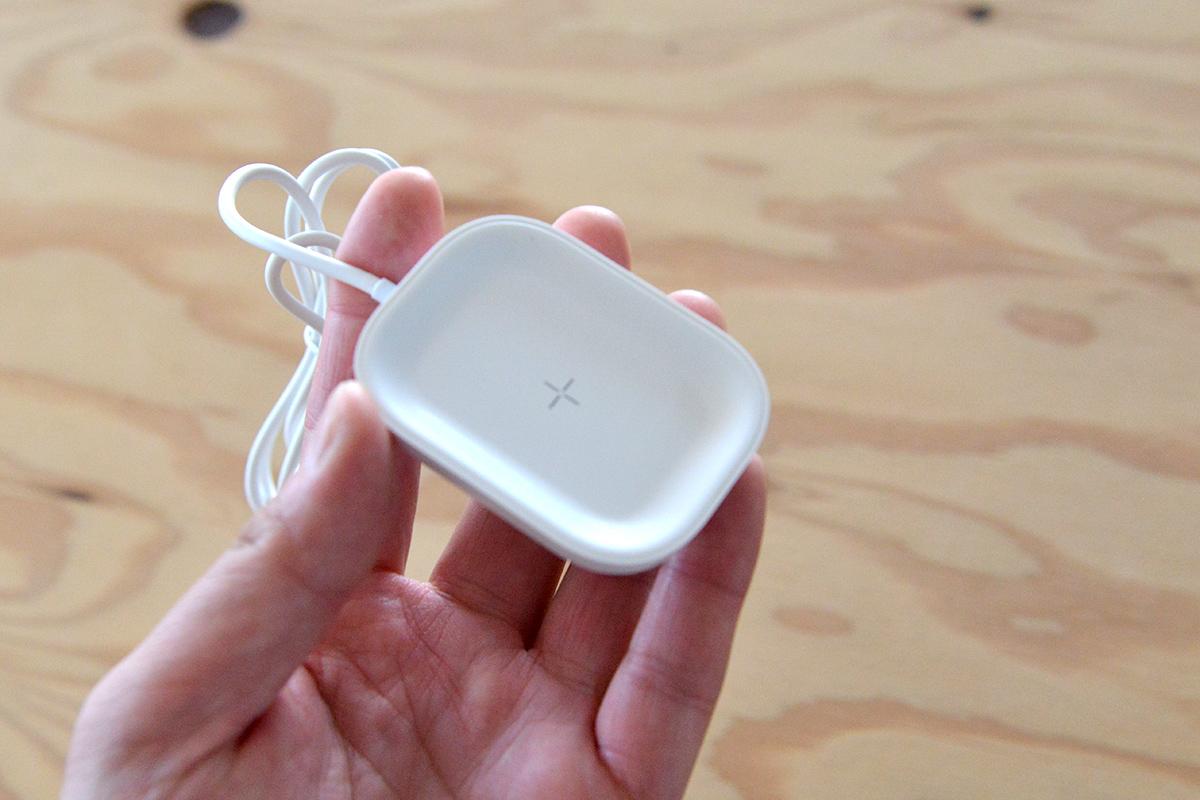 ケースを付けたままワイヤレスで充電できるAirPods専用のチャージャーが登場!