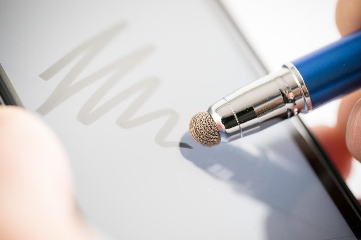 ゲームなどにおすすめ。ペン先が付け替えれる使いやすくて滑らかなタッチペン